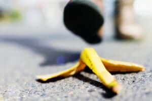 バナナの皮を踏む