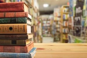書籍山積み