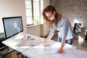 設計する女性
