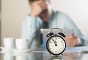 12時5分前、疲れた男性