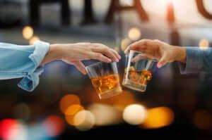 グラスを交わす